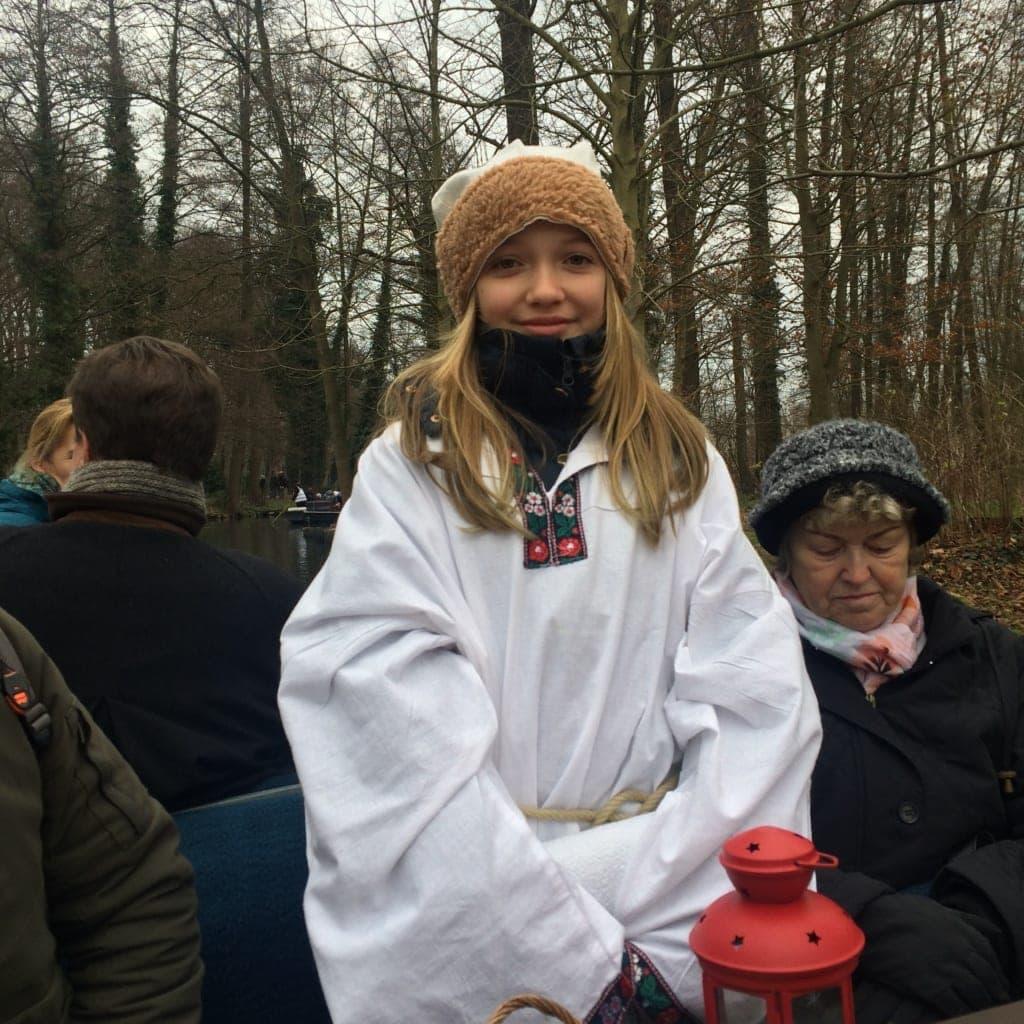 Grundschülerin Amy schlüpft in die Rolle einer Lutki während der Spreewaldweihnacht