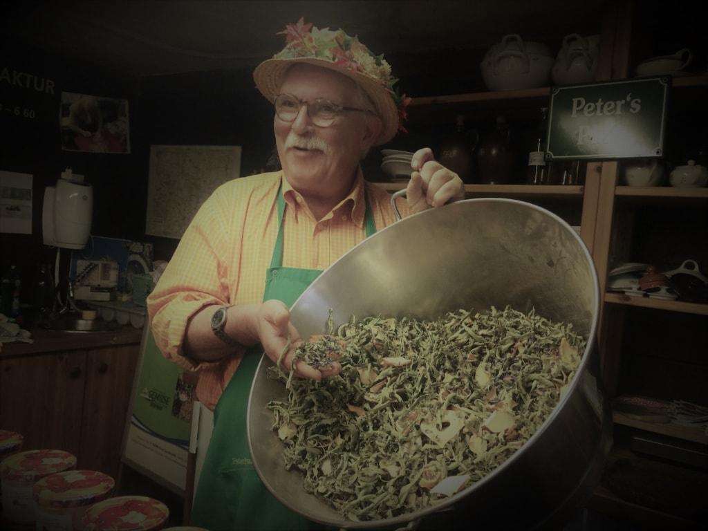Peter Franke in der Kräutermanufaktur im Spreewald