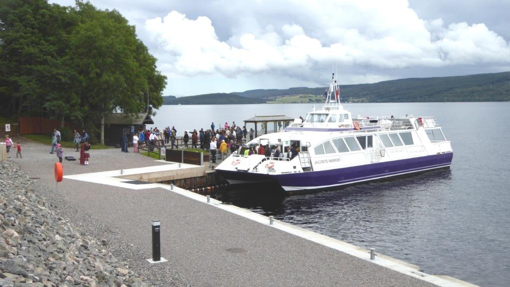 Ausflugsschiff an Loch Ness