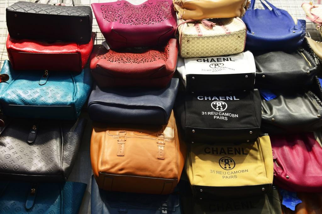 Gefälschte Designer-Handtaschen in Mong Kok, Hong Kong, China, Asien