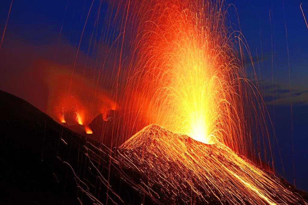 Ausbruch des Vulkans Stromboli, Insel Stromboli, Liparische oder Äolische Inseln, Sizilien, Italien, Europa