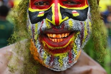 Die Hochland-Stämme, hier die Junner Rolex Sing Sing Group, präsentieren sich beim jährlichen Sing-Sing von Goroka, Papua-Neuguinea, Ozeanien