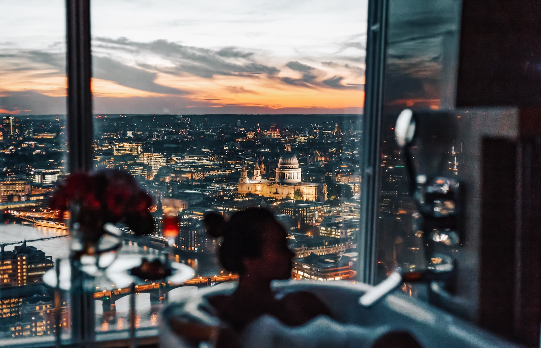 Bad mit Blick auf London im Shangri-La at The Shard