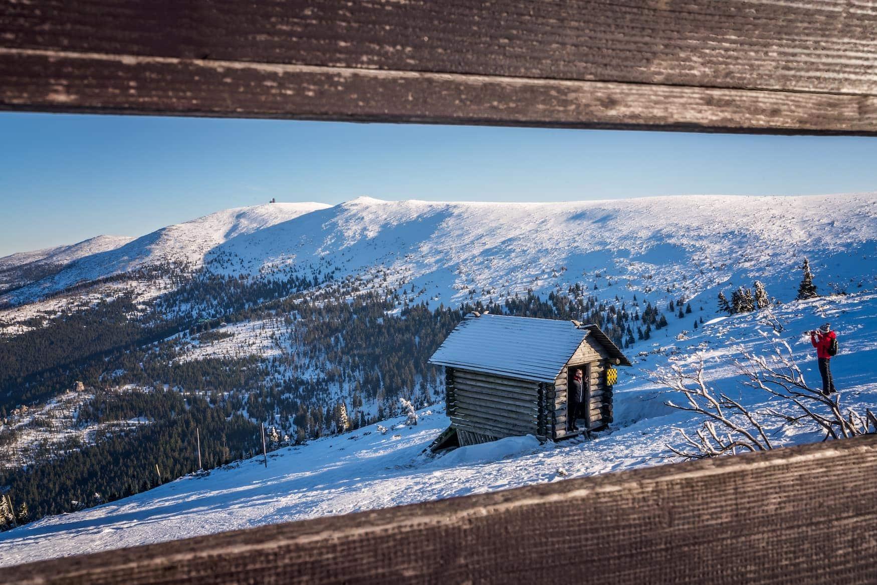 Holzhütte in verschneiter polnischer Landfschaft