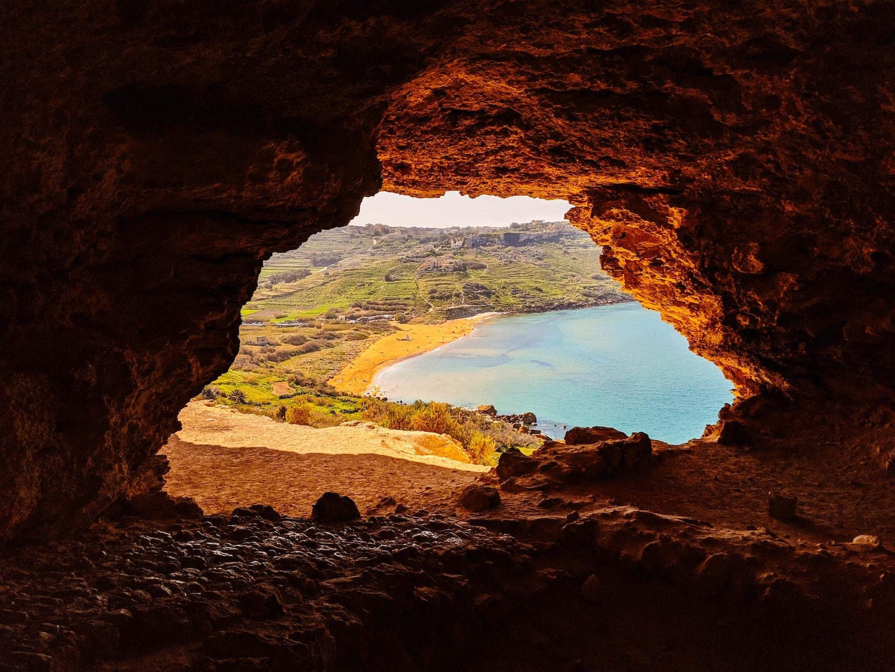 Höhle mit Blick auf eine Bucht von Gozo