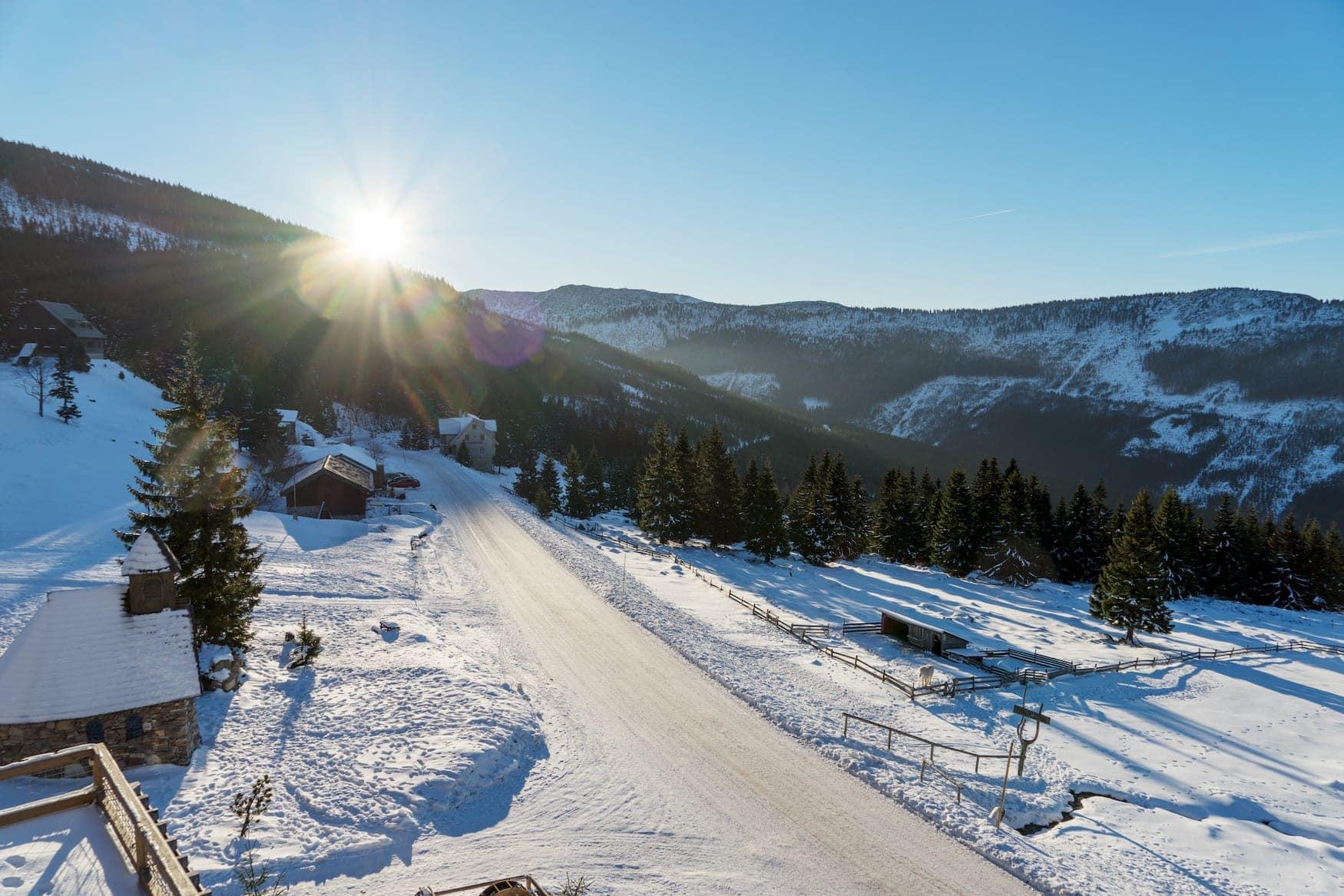 Sonnenschein über Skigebiet in Tschechien