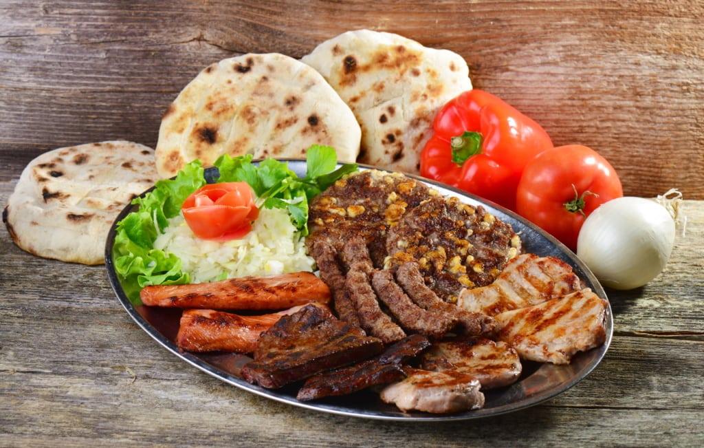 Teller Fleisch auf dem Balkan