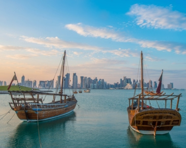 Boote im Hafen vor der Skyline Dohas in Qatar