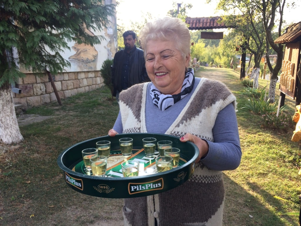 Frau Stefanović im Kapetan Mišin breg mit Honigschnaps