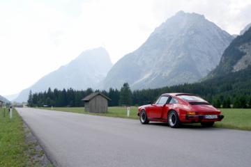 Roter Porsche auf einer Straße in Südtirol