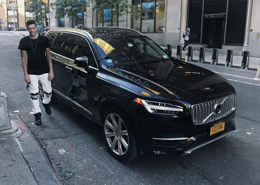 Timo Kohlenberg vor einem Uber-Wagen in New York