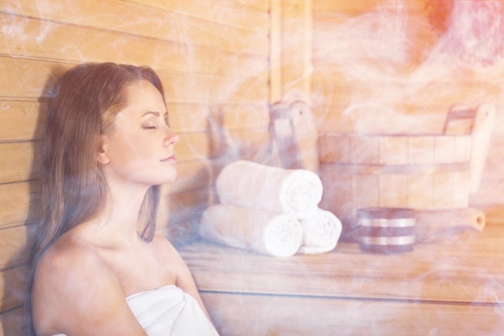 Wellness und Thermen im Frankenwald: Frau in der Sauna