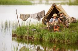 Zwei Jungen beim Camping am See
