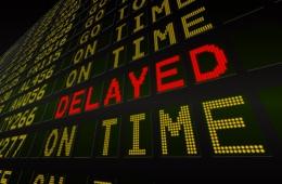 Verspätungsanzeige auf Abfluganzeige im Flughafen