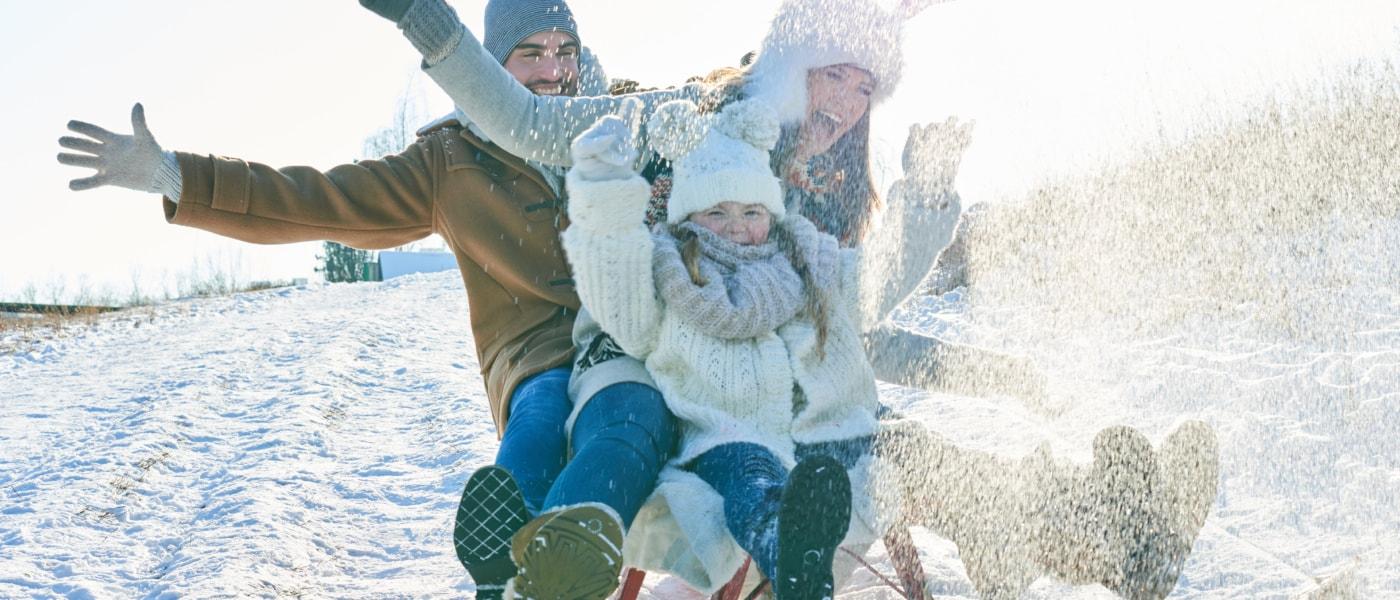 Familie beim Rodeln