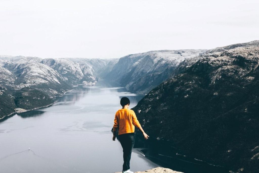 Frau blickt auf Fjord bei Stavanger in Norwegen