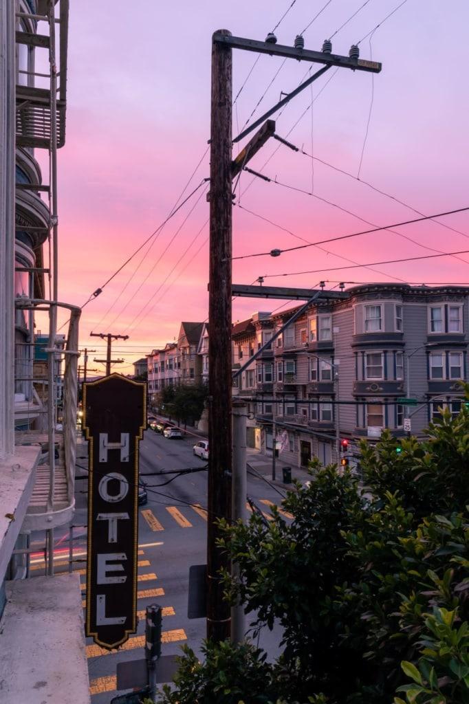 Hotel-Schild an Straße in San Francisco