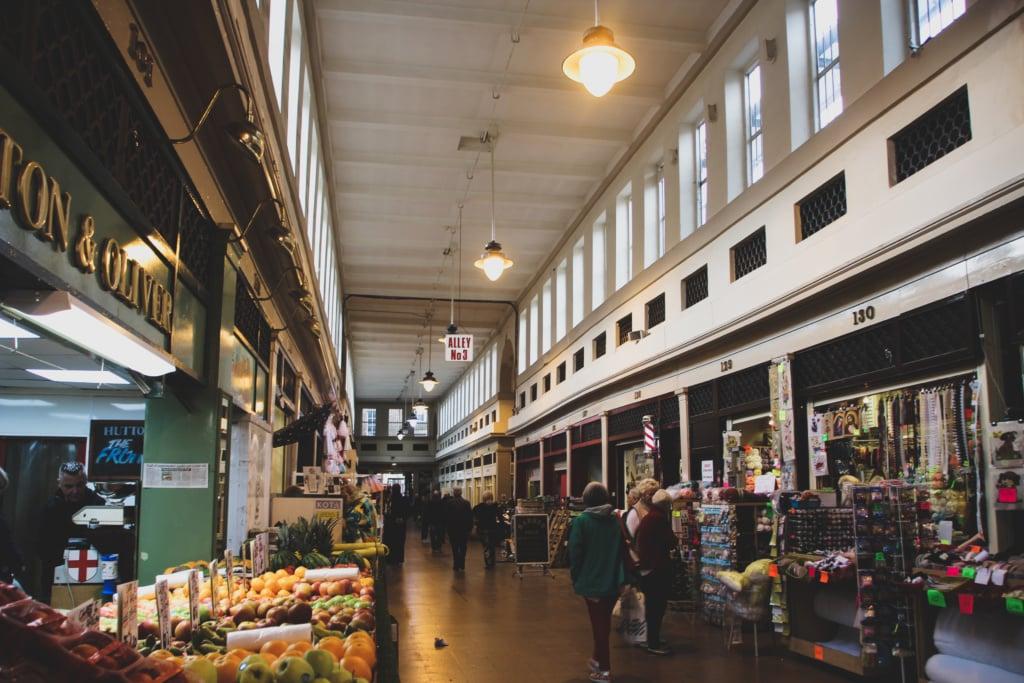 Beim Schlendern durch den Grainger Market entdeckt man frisches Obst, antike Schallplatten und jede Menge weitere Köstlichkeiten