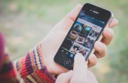 Populäre Hashtags: Person mit Handy in der Hand, Instagram-App geöffnet
