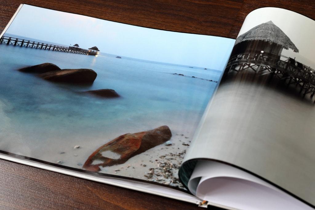 Klar, jeder kennt Fotobücher. Aber kennst du schon das Fotobuch, dass deine Instagram-Fotos direkt in ein schönes Buch verpackt?