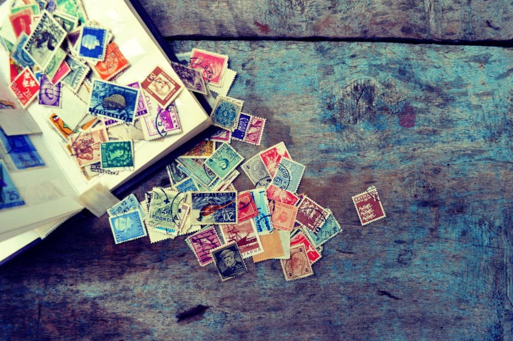 Wie wäre es, die Geburtstagseinladungen mit personalisierten Briefmarken zu versenden?