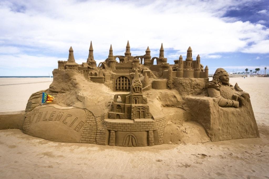 Burg aus Sand am Strand in Valencia