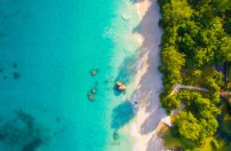 Inseln der Seychellen: Strand aus der Vogelperspektive
