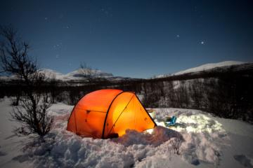 Camping an der Piste: Zelt im Schnee