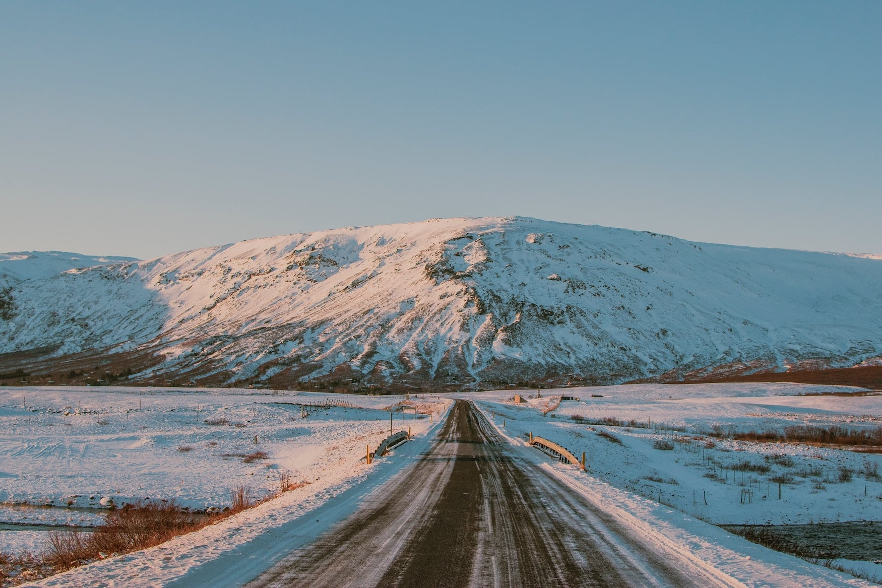 Verschneite Straße auf Island in Dämmerung