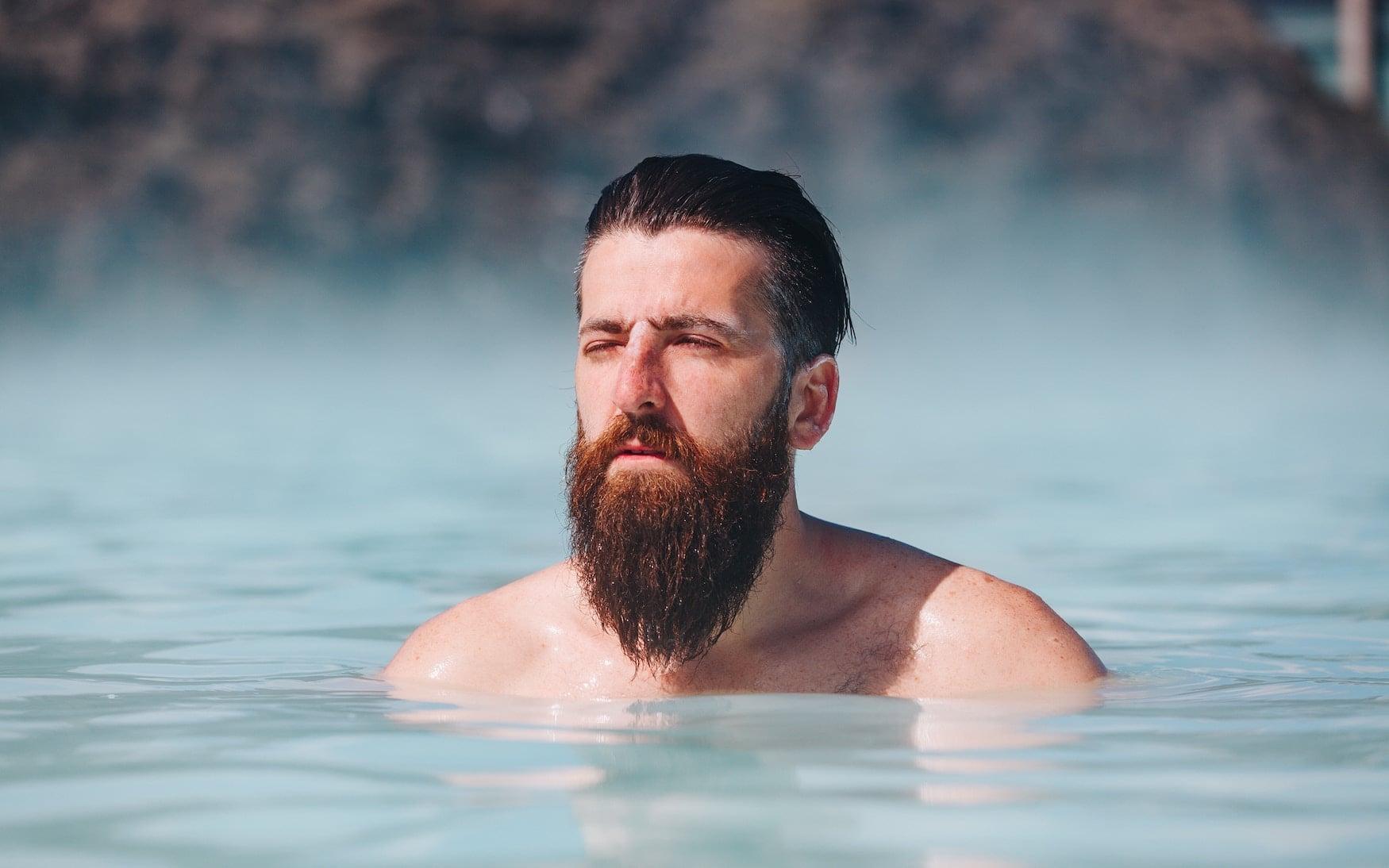 mann in Blauer Lagune in Island