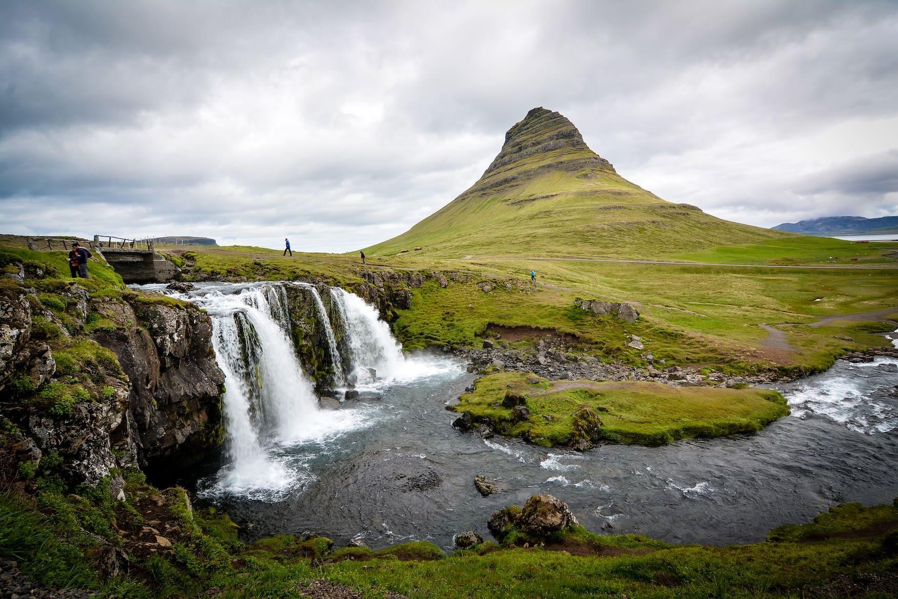 Wasserfall und Fels auf Island