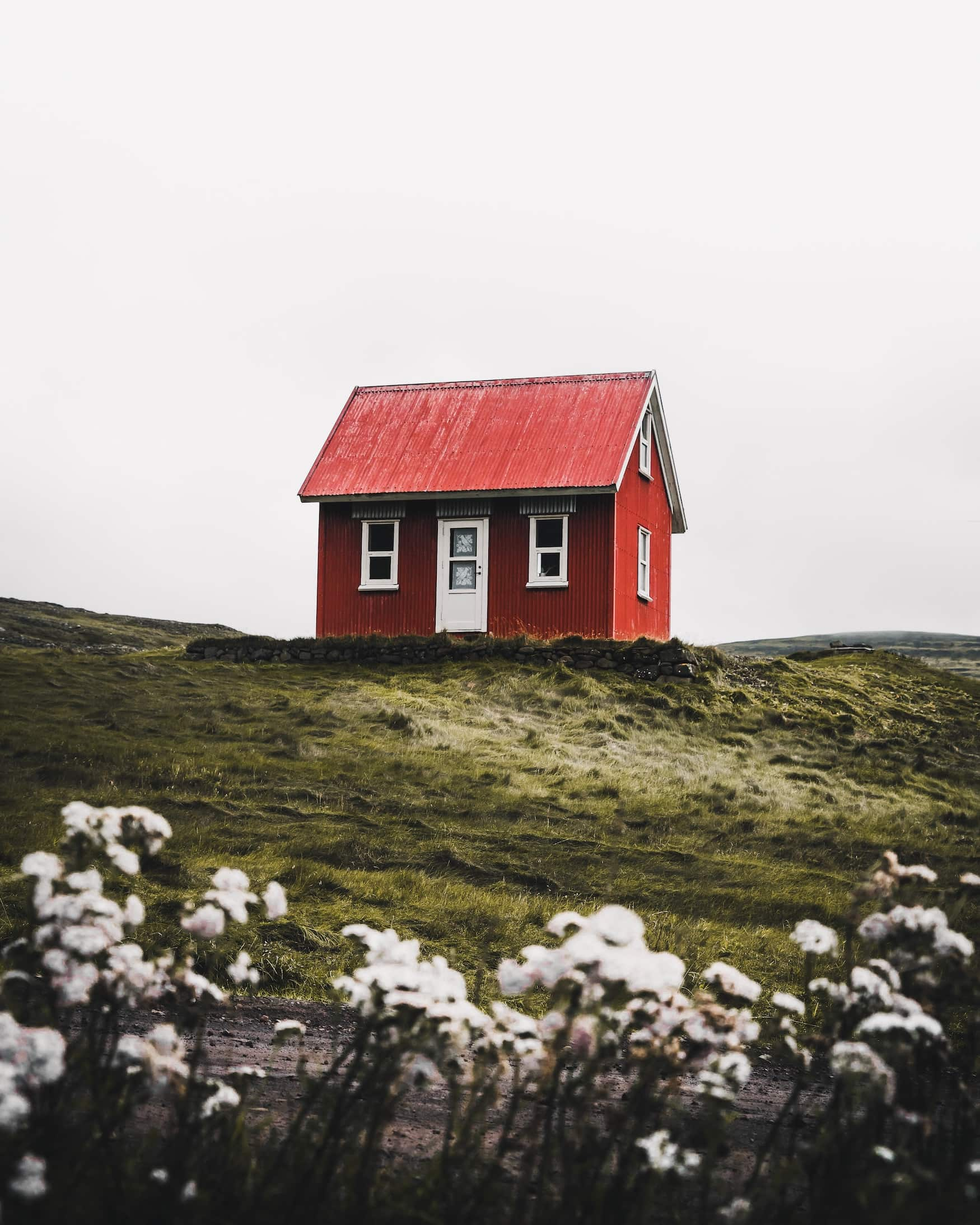 Rotes Haus in verlassener isländischer Landschaft