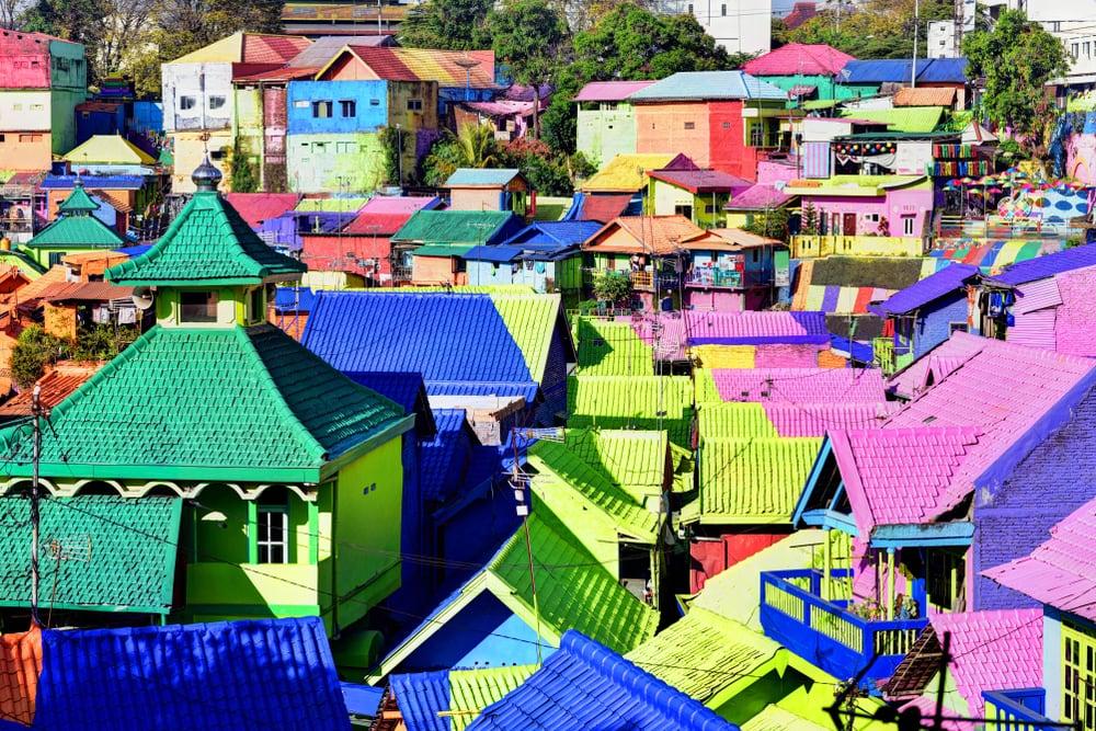 Farbenfrohes Dorf von oben