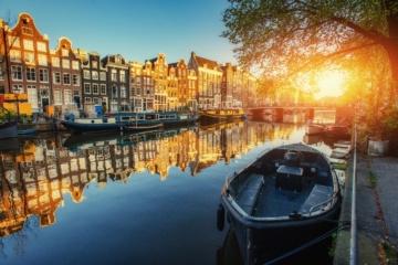 Gracht mit Boot am Ufer in Amsterdam