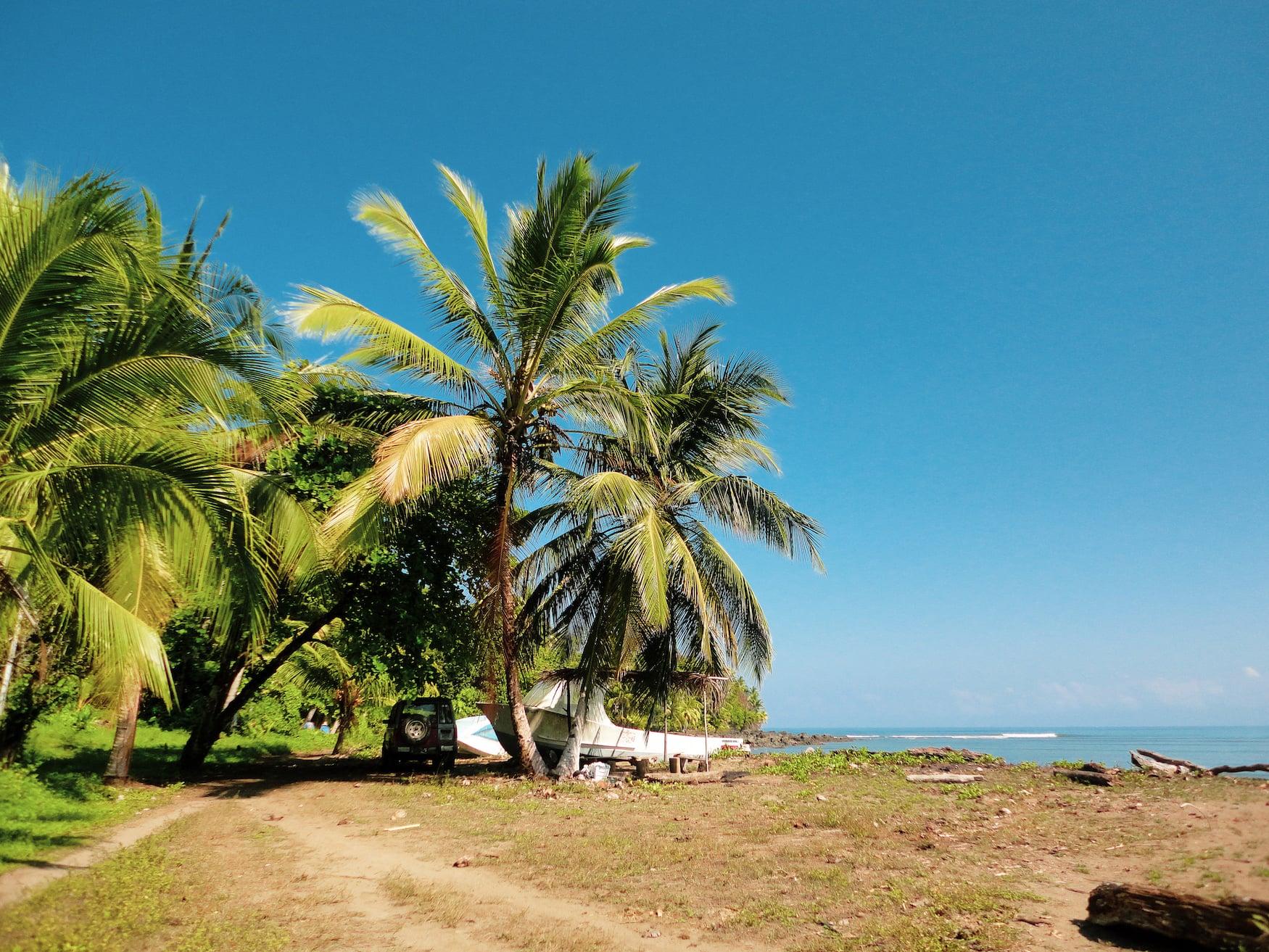 Auto an Strand auf der Oma Peninsula im Süden Costa Ricas