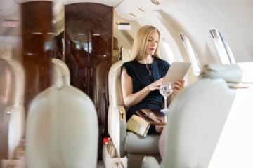 Frau im Flugzeug in der Business Class