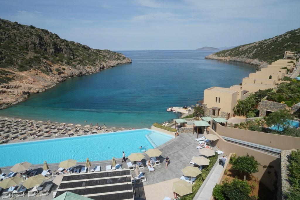 Hotelanlage mit Pool am Meer auf Kreta