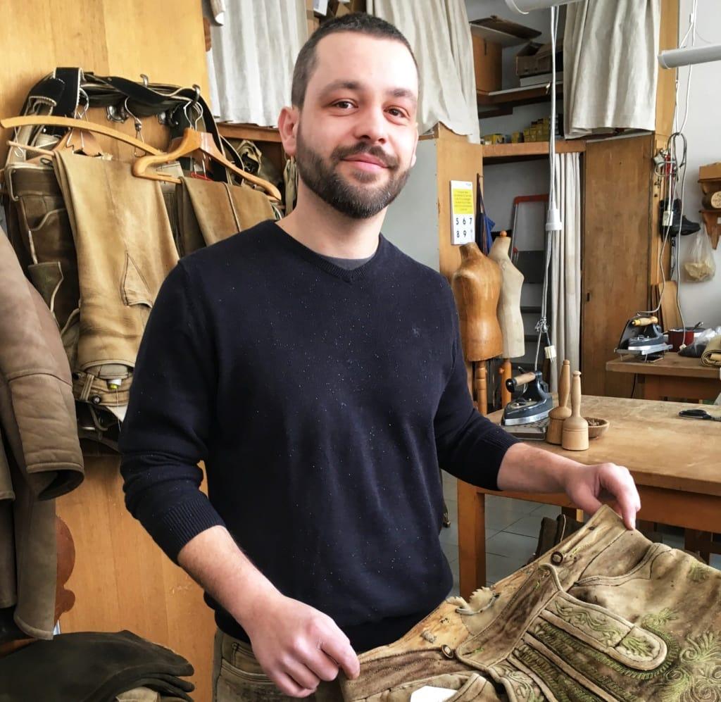 Säckler Tobias zant in seiner Werkstatt in Zell am See