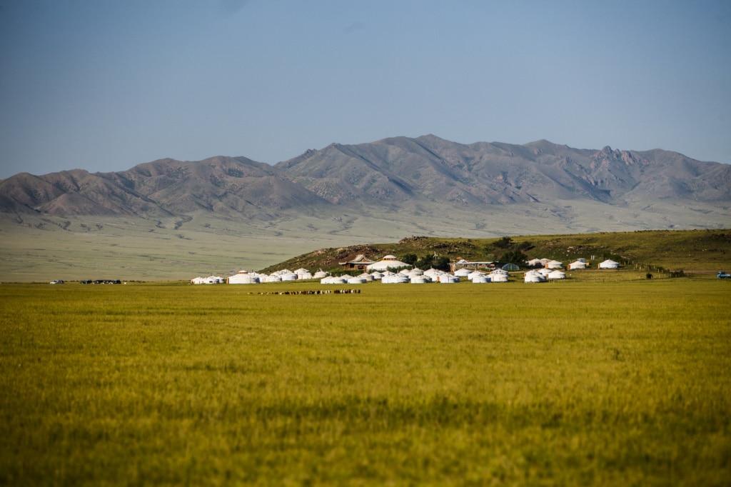Willkommen in der Three Camels Lodge in der Wüste Gobi, die aus wenigen luxuriös eingerichteten, traditionell mongolischen Zelten besteht.