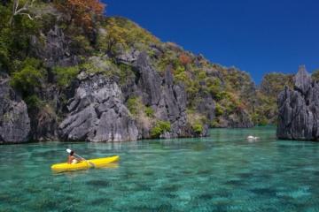 Kayak-Fahrer auf der Coron Insel auf den Philippinen