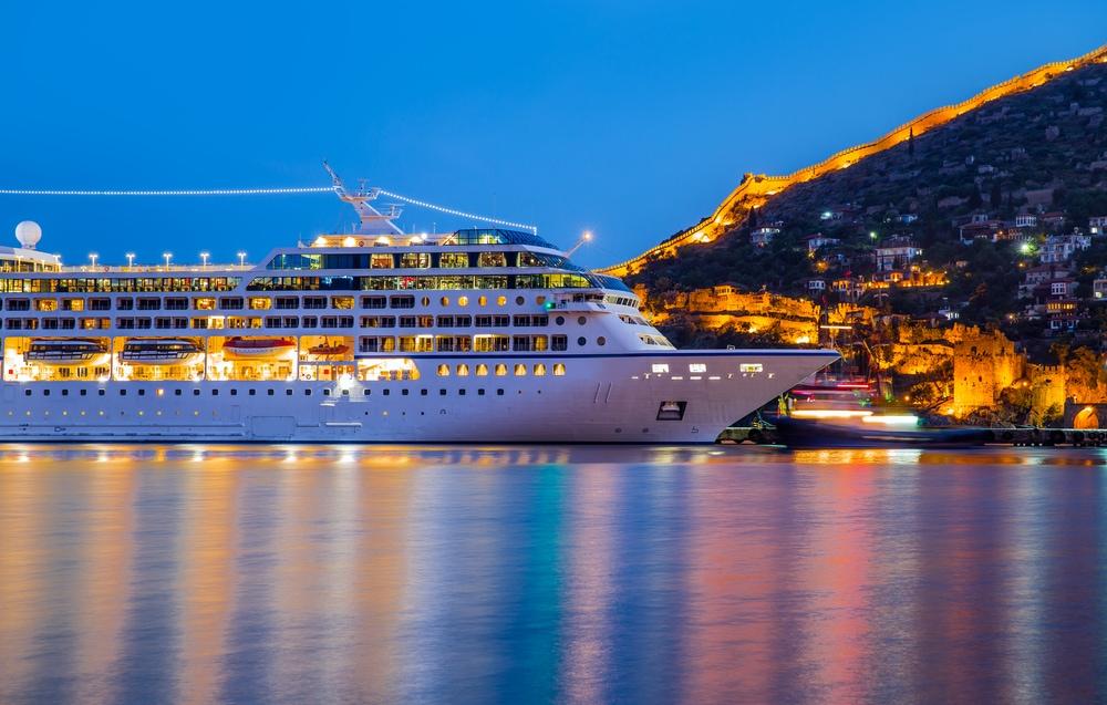 Kreuzfahrtschiff im Hafen von Antalya