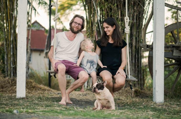 Marianna Hillmer und Johannes Klaus mit Kind und Hund in Thailand