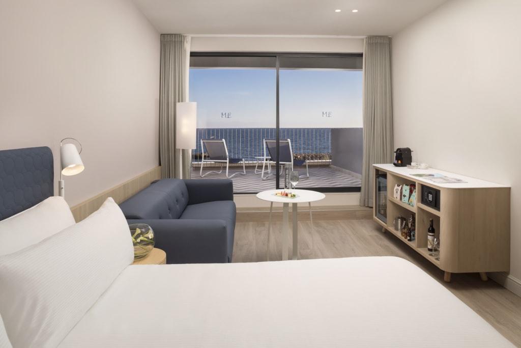 Schlafzimmer in einer Suite im Melia Terramar in Sitges
