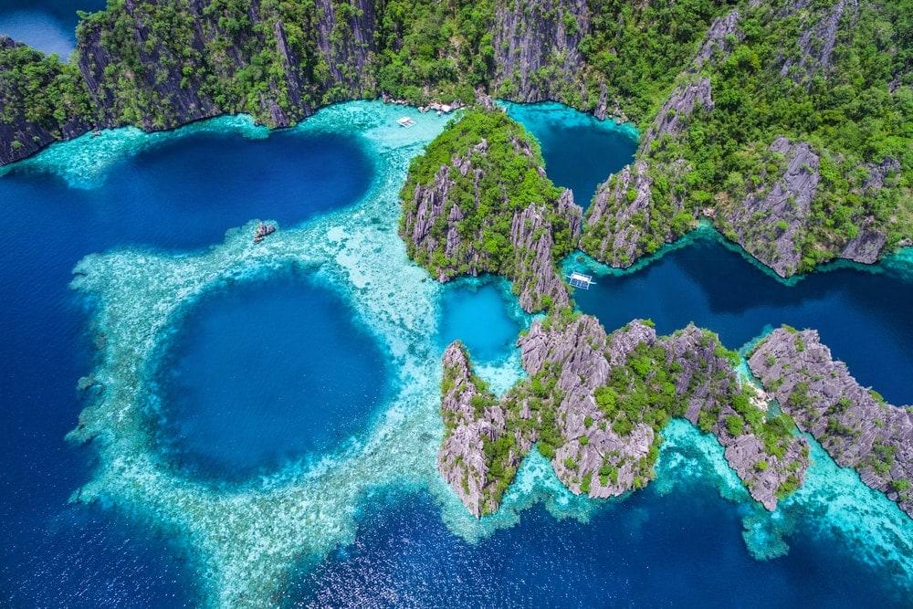 El Nido im Norden Palawans auf den Philippinen wird von unzähligen kleinen Buchten zwischen Kalksteinfelsen umrahmt.