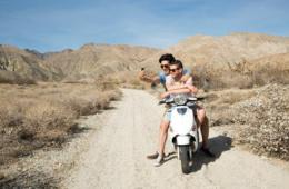 Zwei Männer auf einem Scooter bei Palm Springs