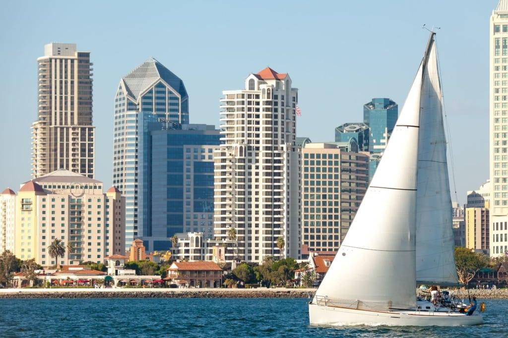 Segelboot vor Skyline San Diegos