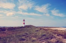 Strand mit Leuchtturm auf Sylt