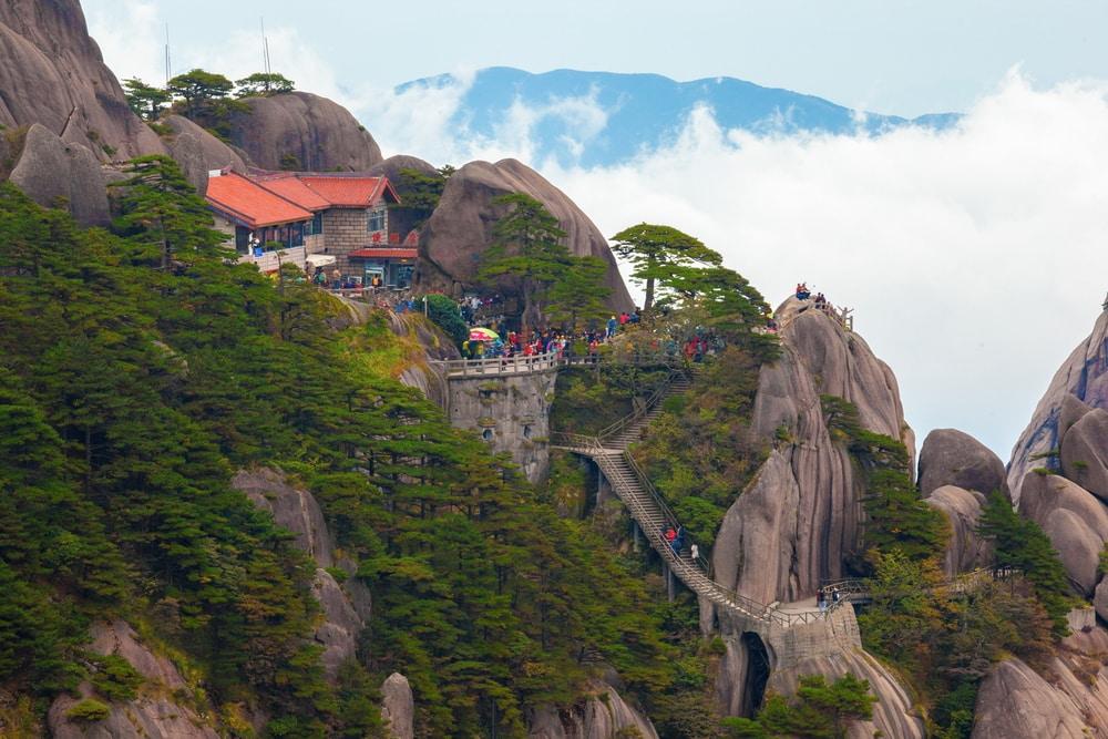 Die Aussicht vom The Jade Screen Tower Hotel auf dem Yuping Mountain ist den Aufstieg wert.