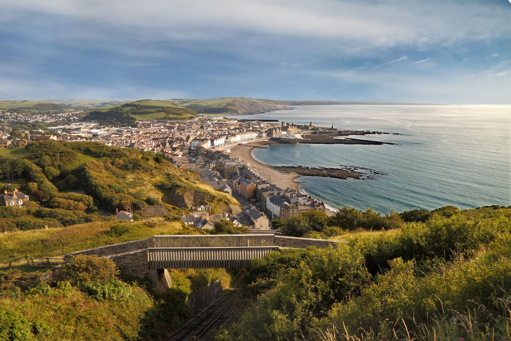 Lange Strände und Burgen an der Küste von Aberystwyth