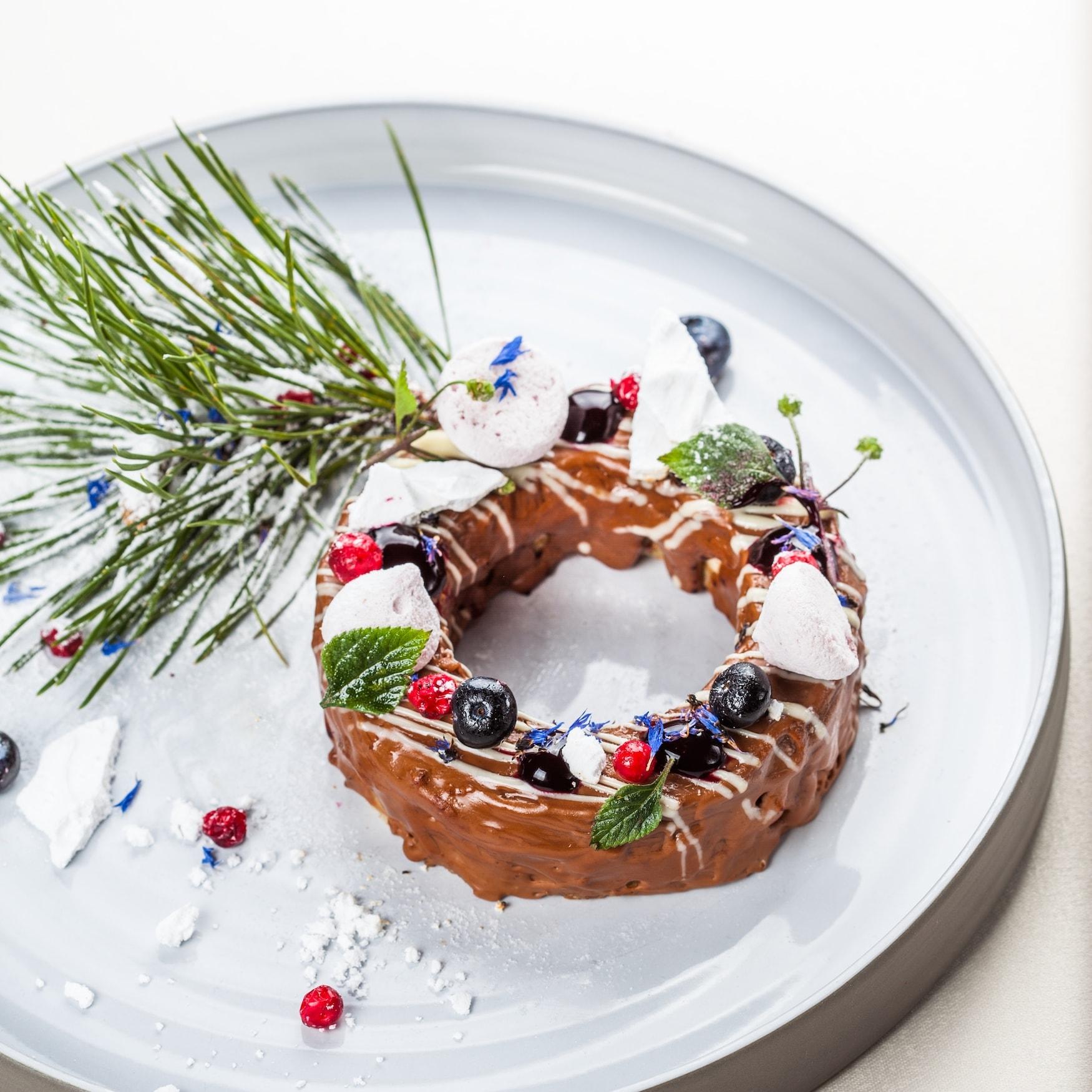 Dessert-Kuchen aus Schokolade, dekoriert mit Waldbeeren